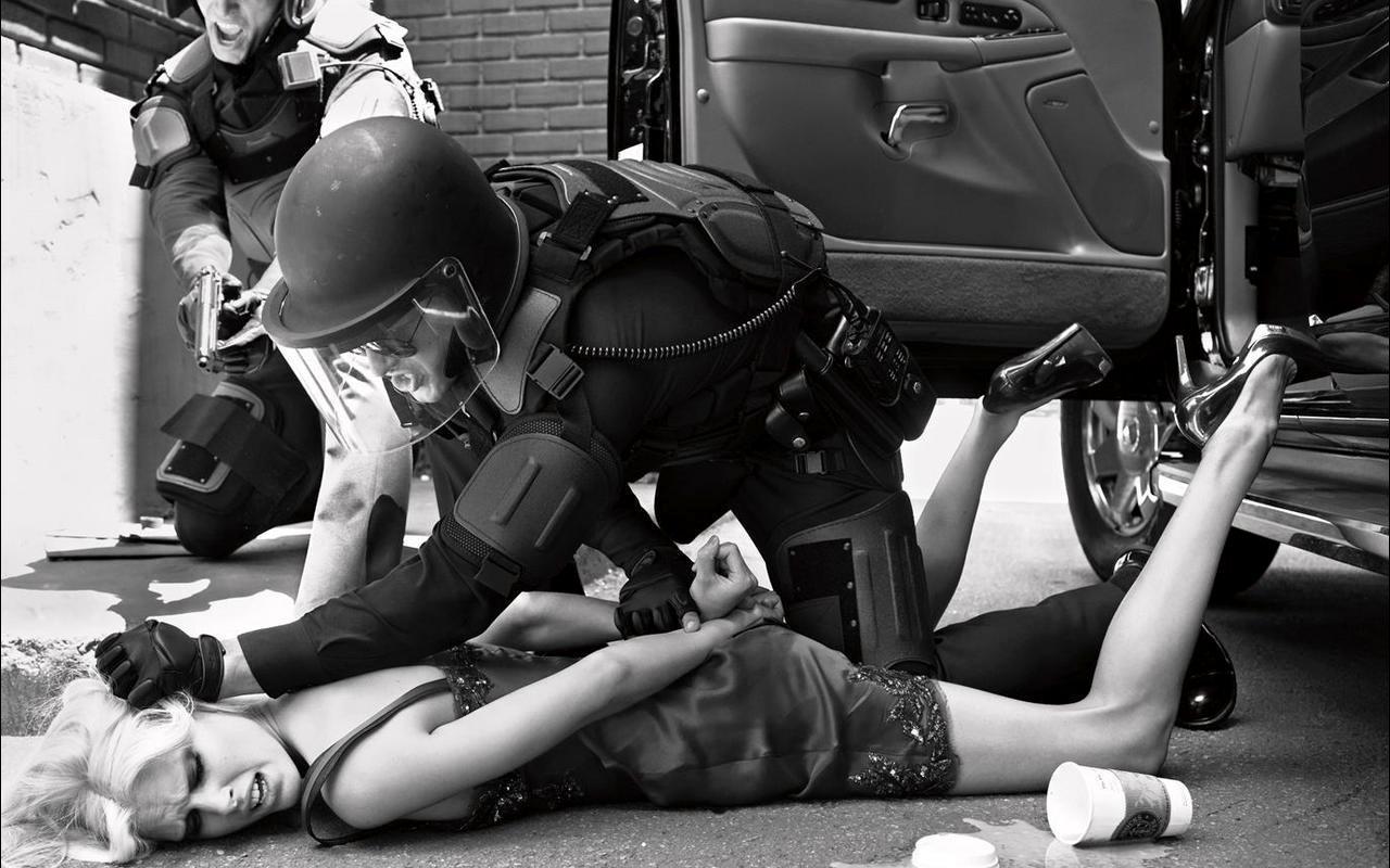 Террористы в масках трахнули девушку на столе и грозились убить ее 6 фотография