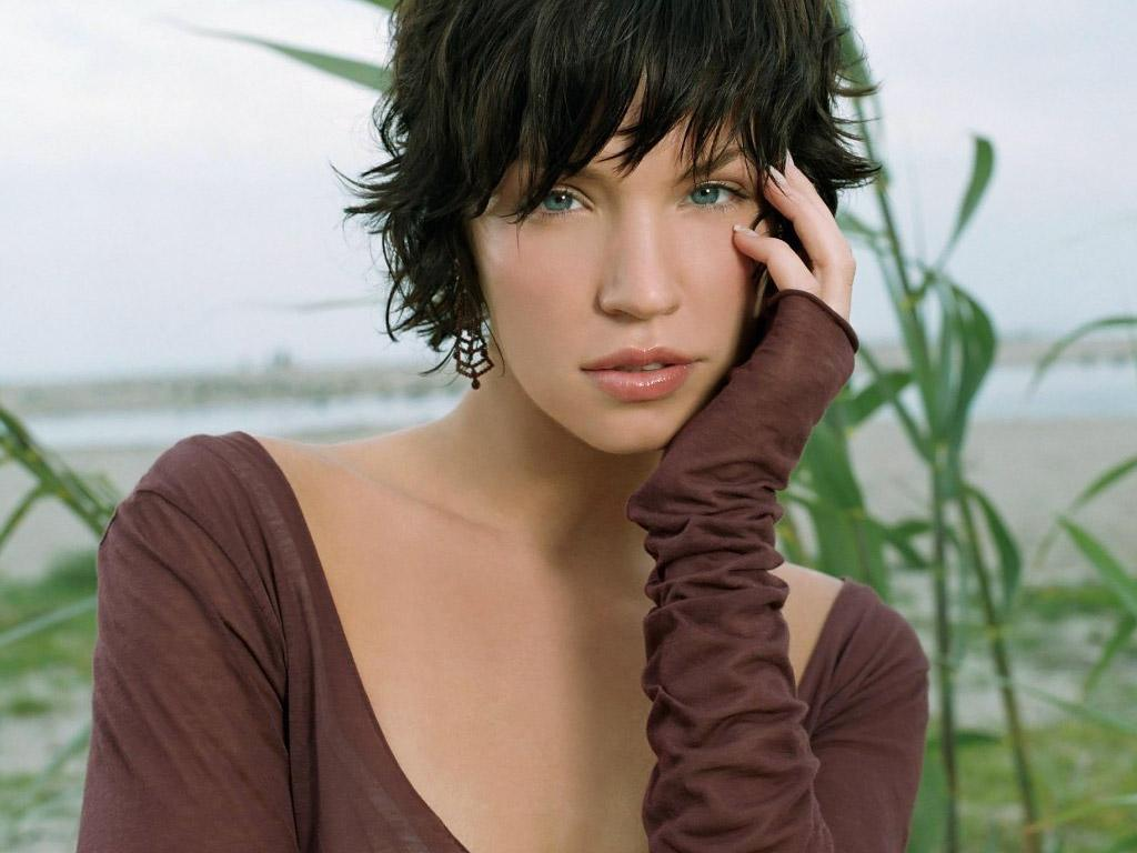 Обои Ashley Scott в камыщах 1024x768