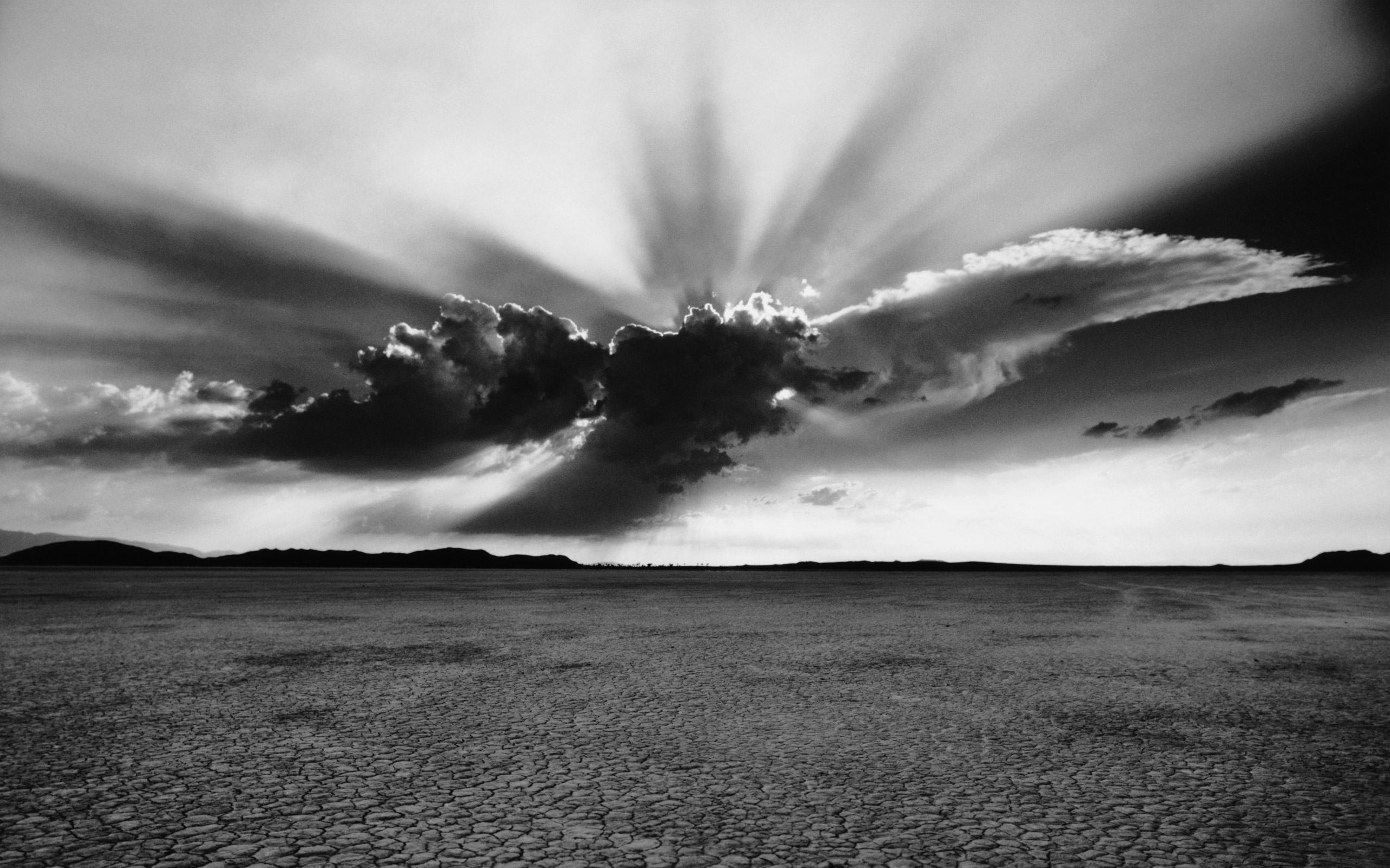 Черно белая картина облака закрывают