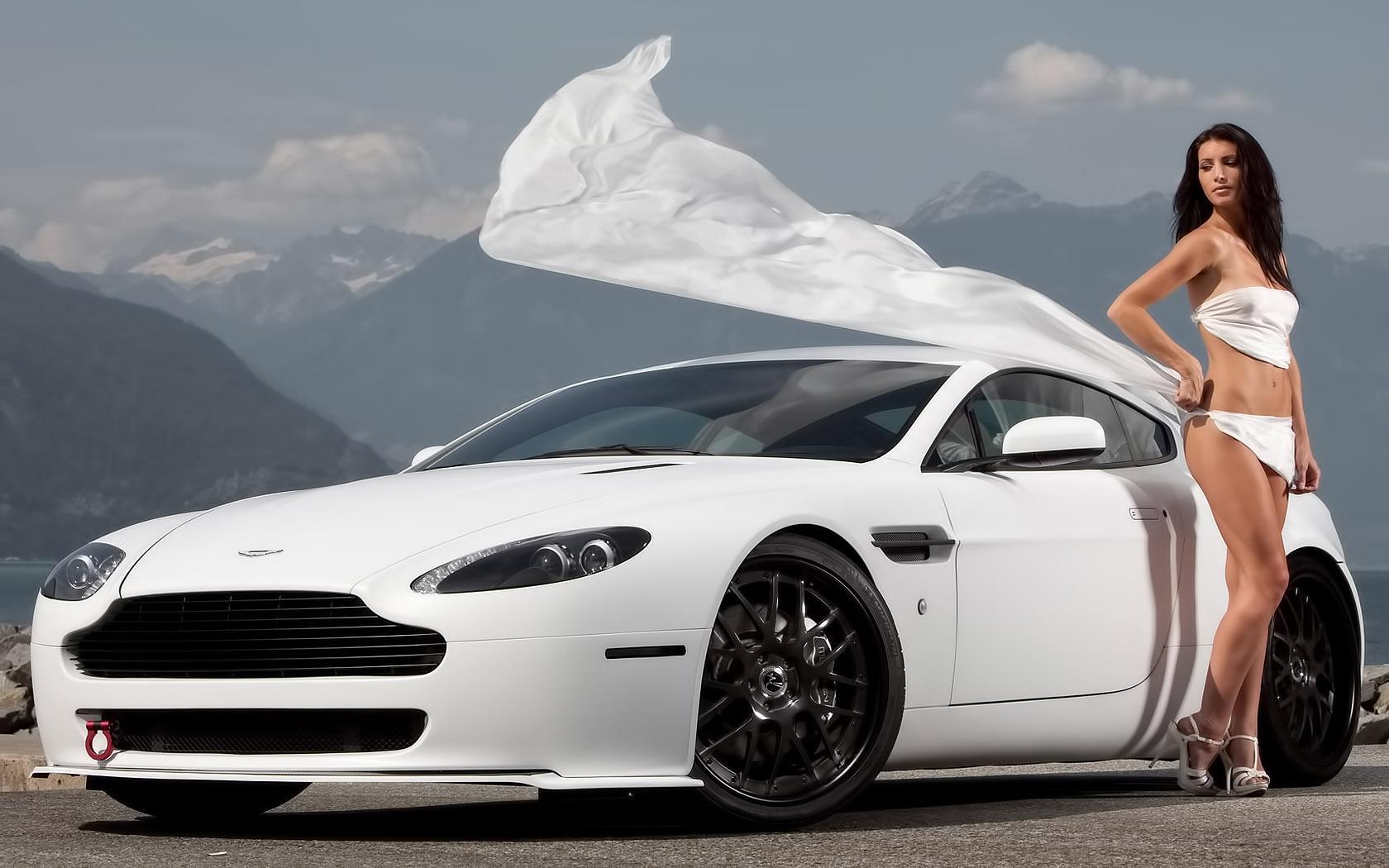 Девушка в белом возле авто обои 1680x1050