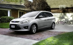Ford C-Max возле дома / 1920x1200