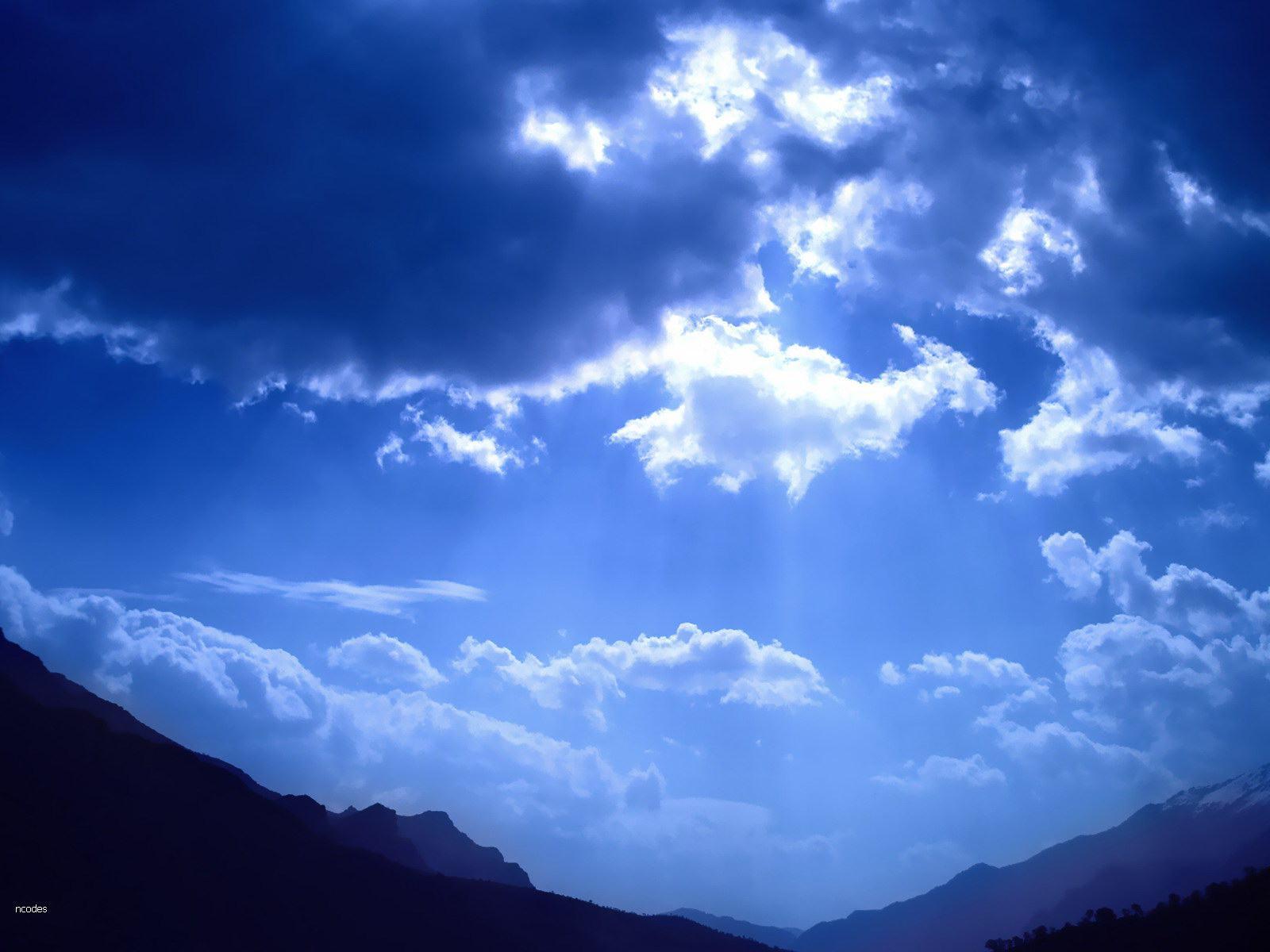 Обои голубое небо просвечивает солнце