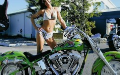 Green super bike and girls / 1024x768