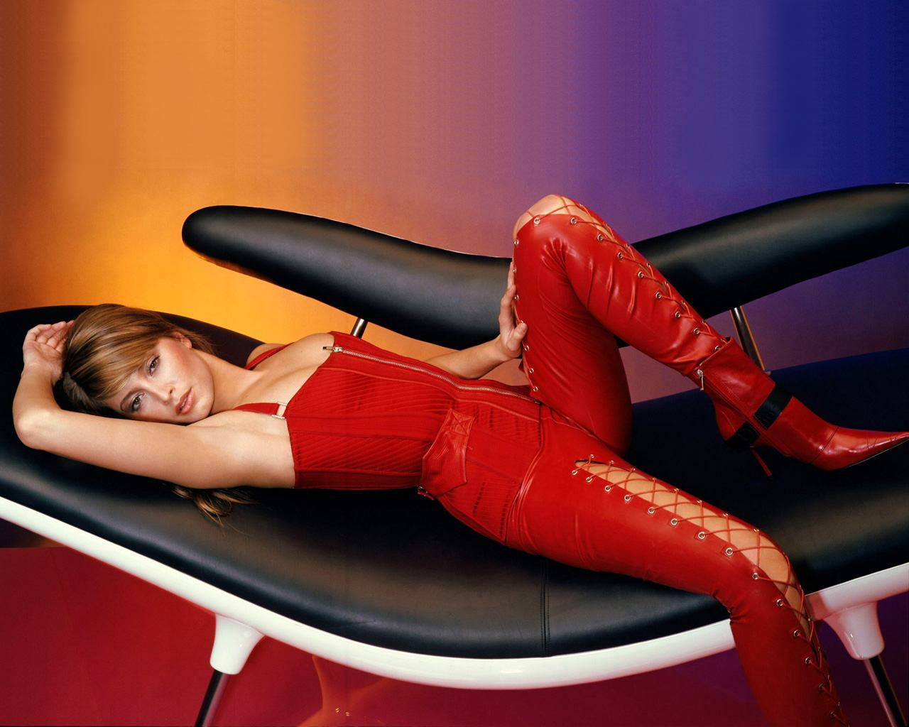 Обои Holly Valance в коже 1280x1024