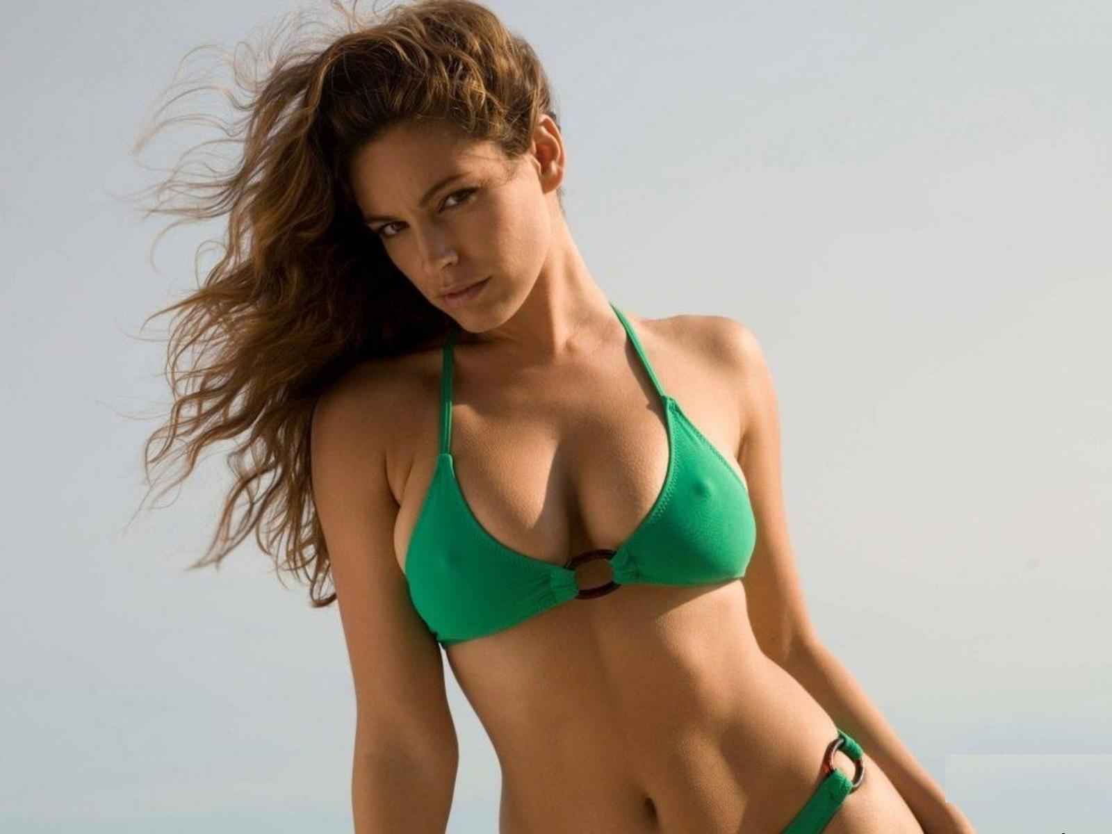 Обои Kelly Brook в купальнике 1600x1200