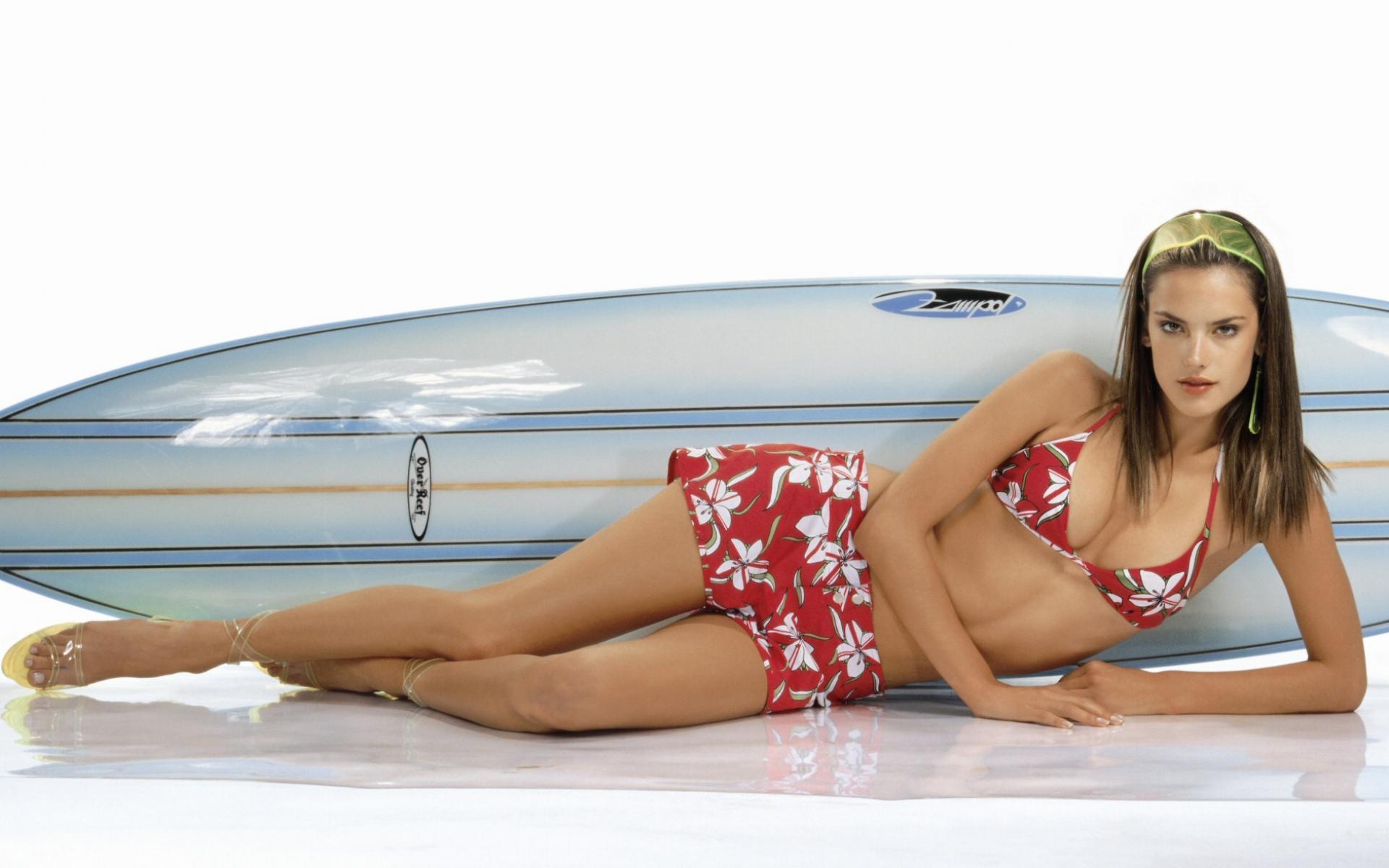 Фотографии самых красивых девушек в купальниках 6 фотография