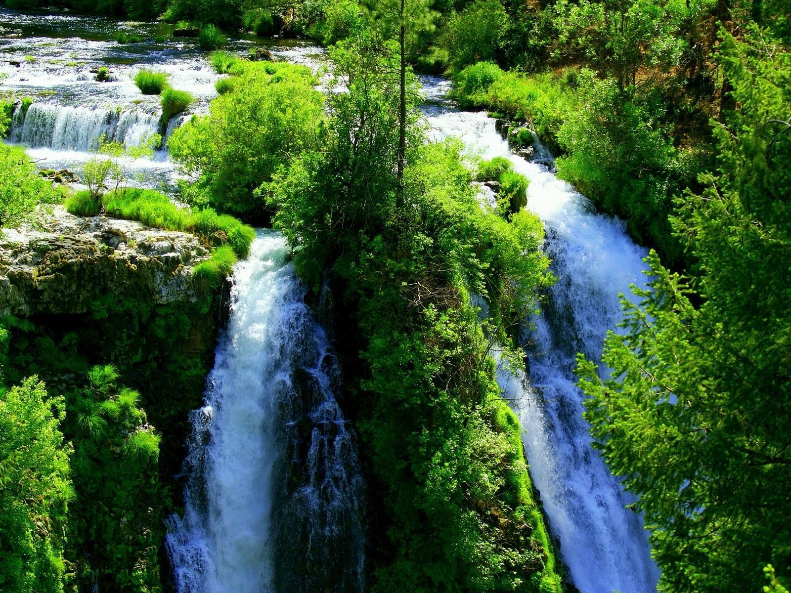 Красивый водопад окруженный зеленью