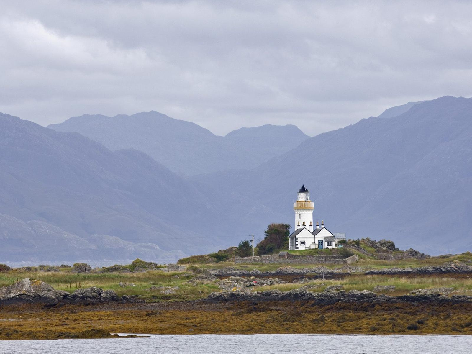 Обои Ornsay Lighthouse at Low Tide, Isle of Skye, Scotland 1600x1200