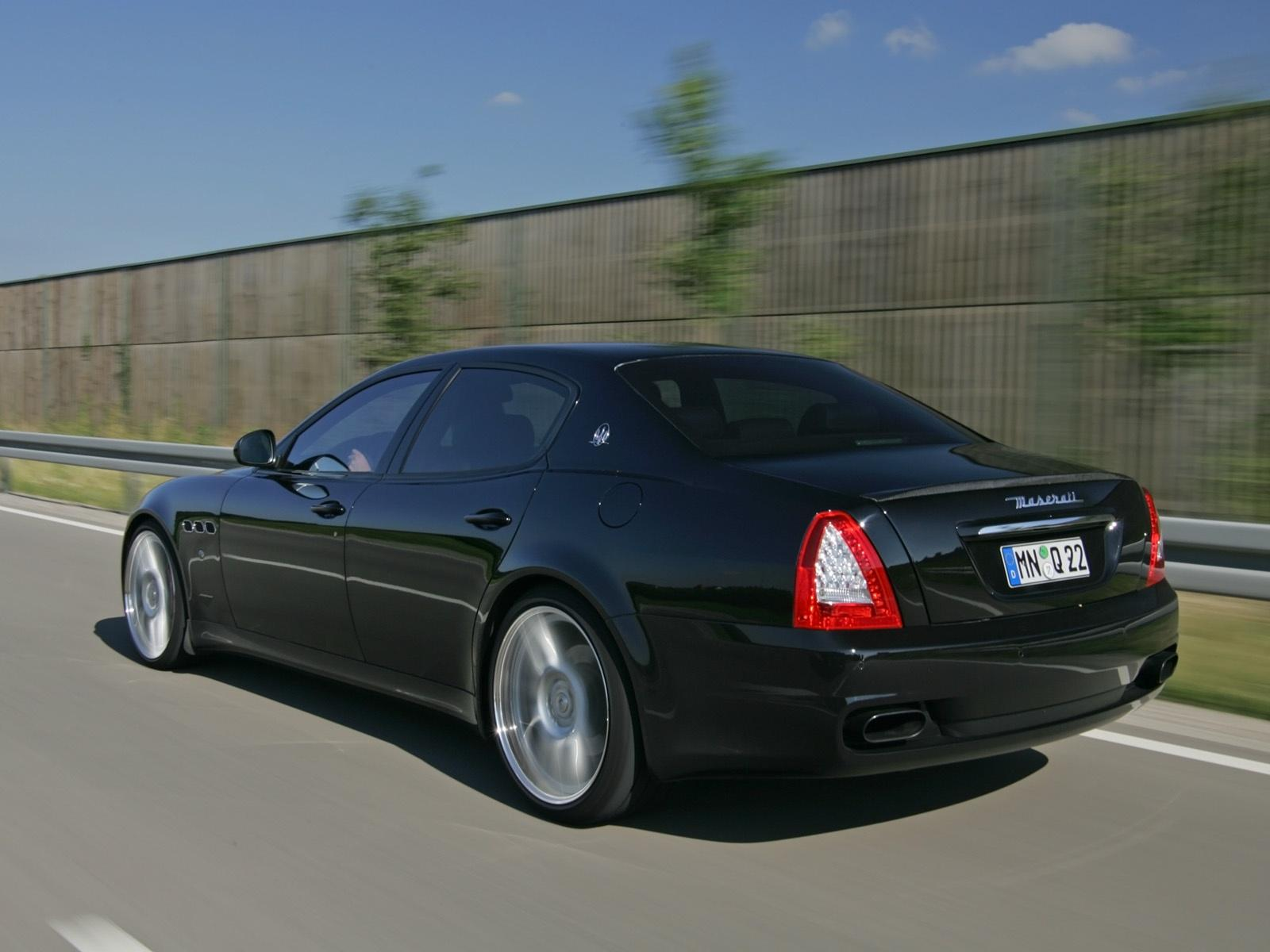 Обои Quattroporte rear on the road 1600x1200