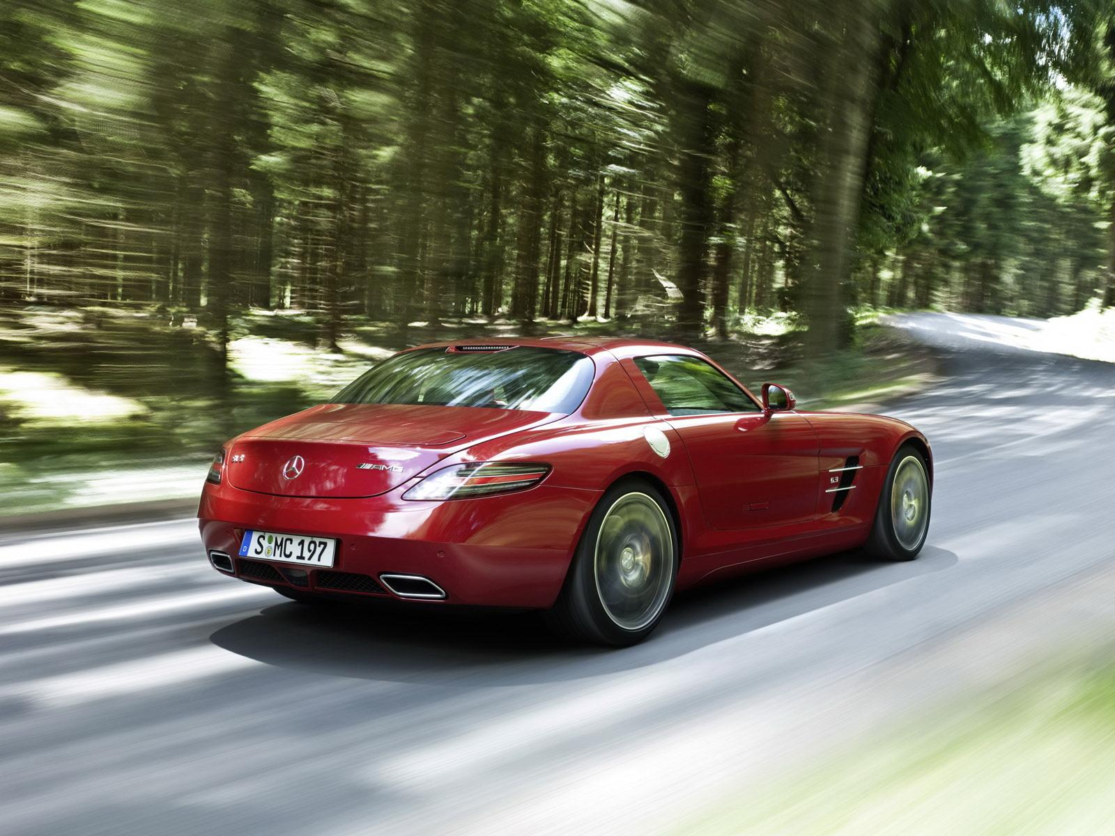 Обои Red Mercedes in Forest 1600x1200