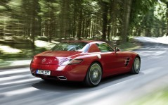Red Mercedes in Forest / 1600x1200