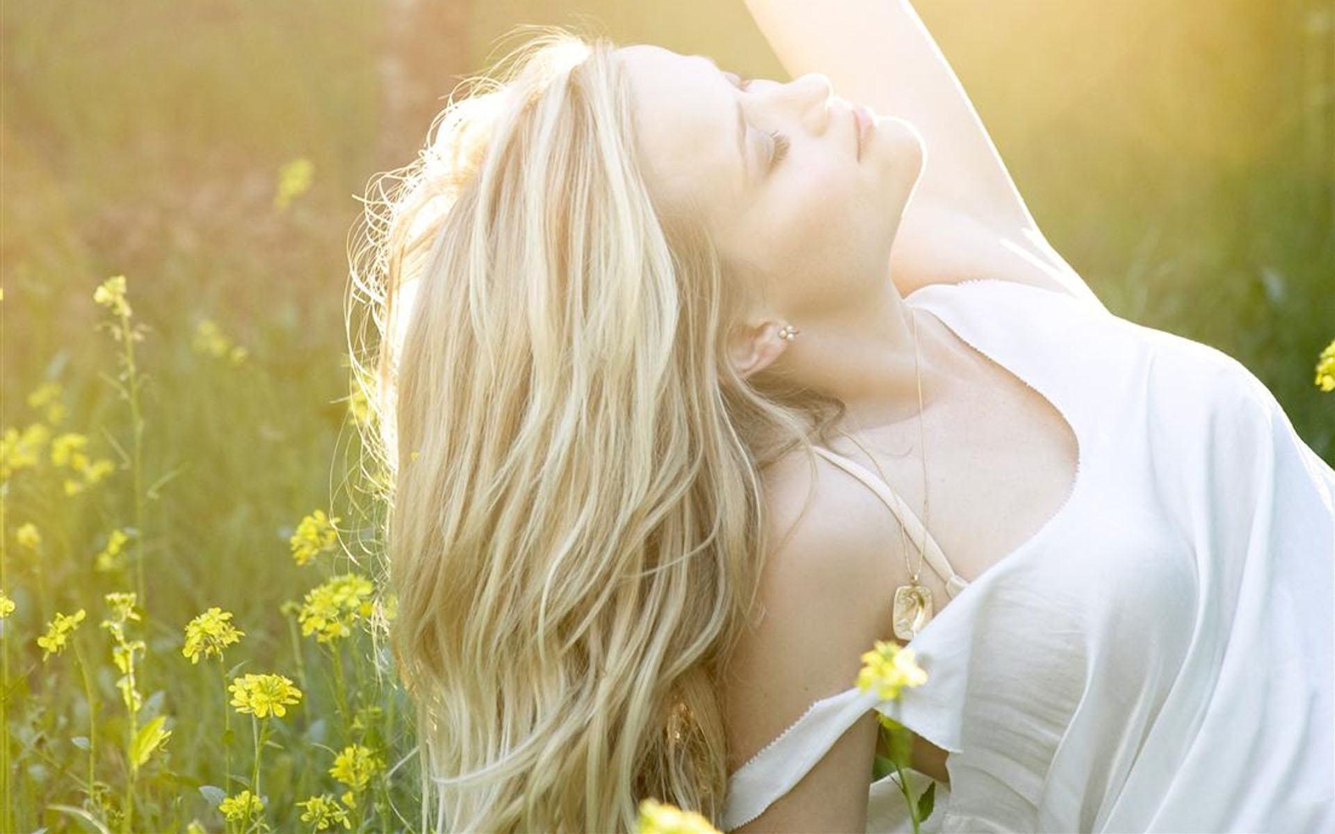 Фото девушек блондинок полубоком