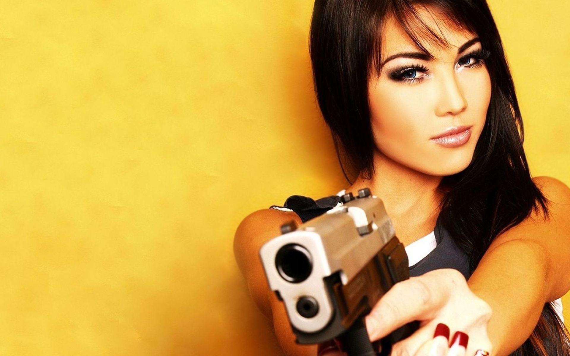 Телки с оружием 15 фотография
