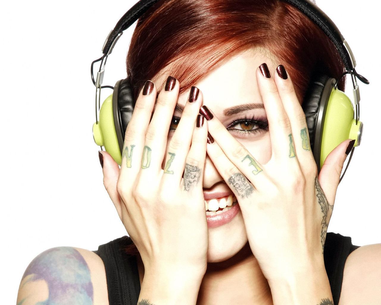Обои татуировки на пальцах 1280x1024