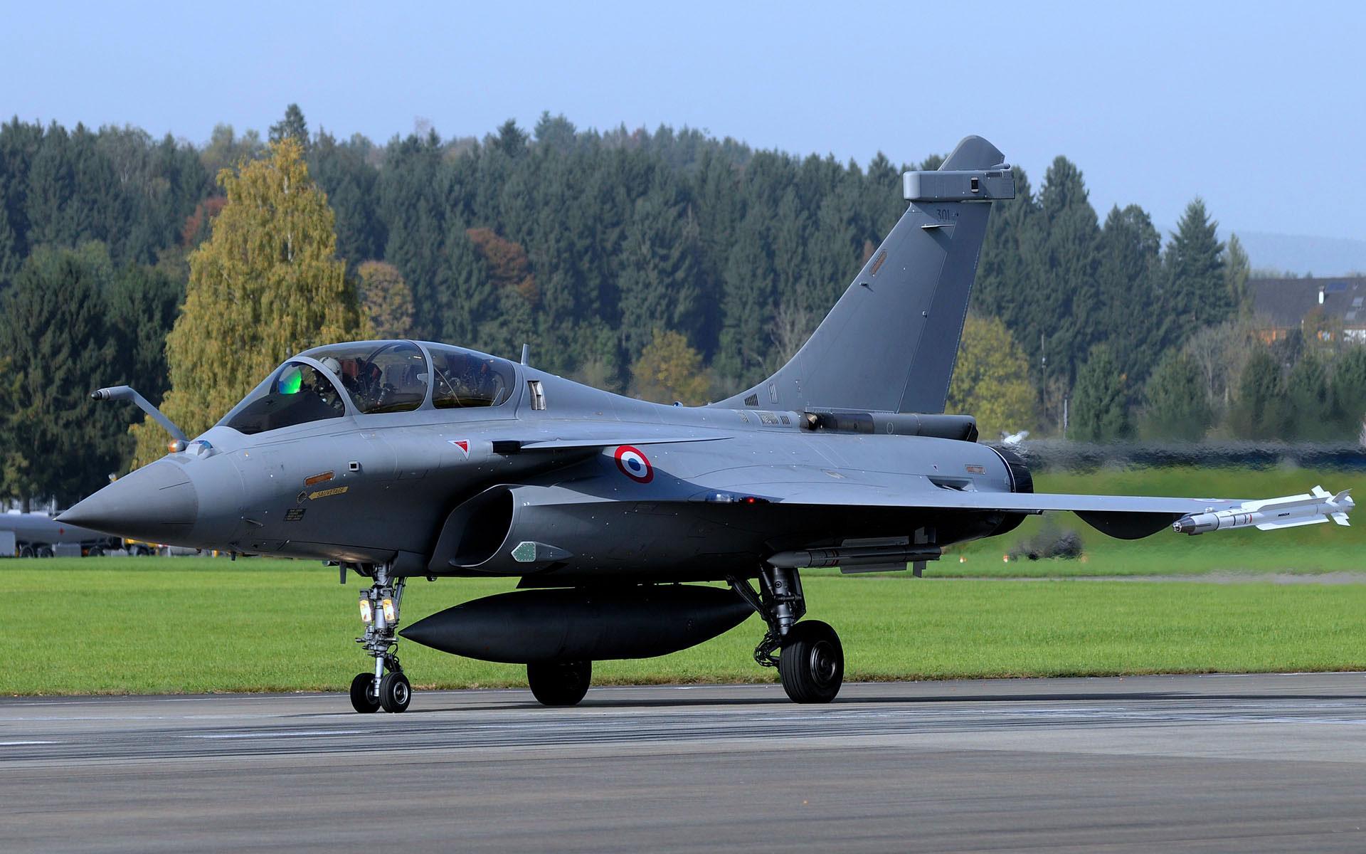 Скачать обои военный самолет на базе