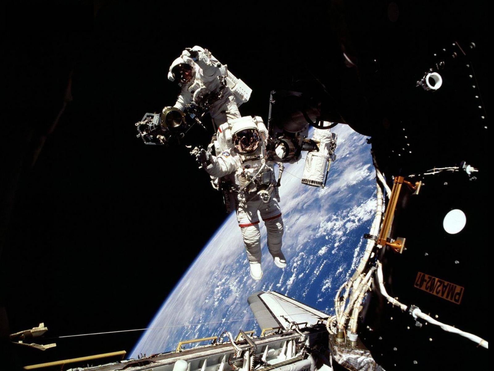 Выход в открытый космос обои 1600x1200